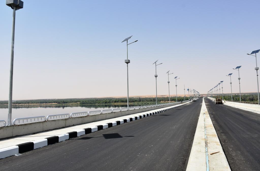 طرق وكبارى ومحاور لربط شرق النيل بغربه و تطوير ورفع كفاءة شبكة الطرق الرئيسية بمحافظة أسوان  (5)