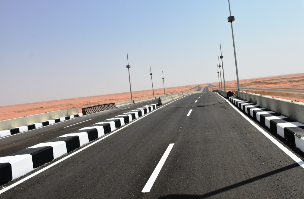 طرق وكبارى ومحاور لربط شرق النيل بغربه و تطوير ورفع كفاءة شبكة الطرق الرئيسية بمحافظة أسوان  (4)