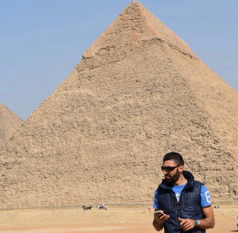 أحمد صلاح أمام الأهرامات