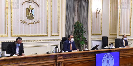 رئيس الوزراء يتابع المشروعات الخدمية بقنا (1)