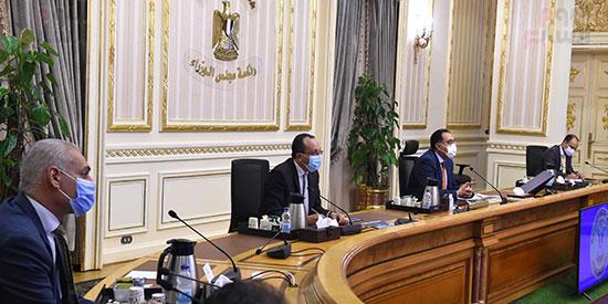 رئيس الوزراء يتابع المشروعات الخدمية بقنا (2)