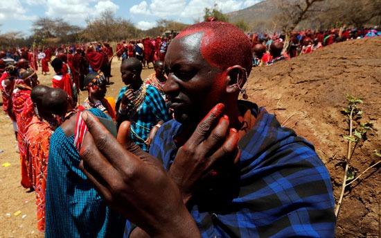 يميز رجال الماساي استخدامهم للصبغة الحمراء على رؤسهم