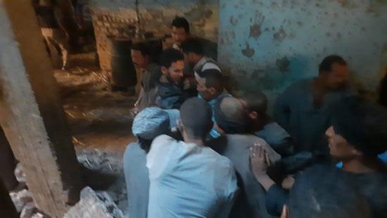 مشاهد من انهيار منزل قرية ونينه (4)