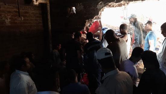 مشاهد من انهيار منزل قرية ونينه (2)
