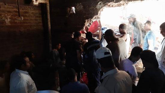 استخراج الضحية السابعة من أسفل أنقاض منزل سوهاج (3)