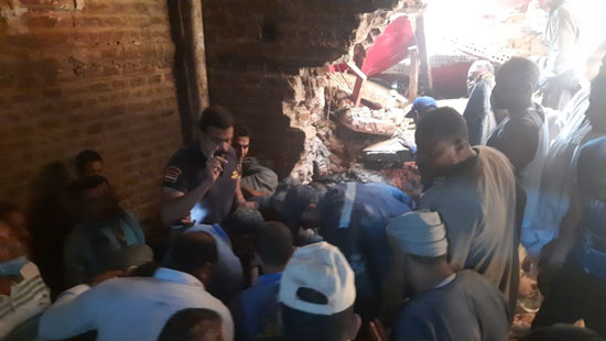 مشاهد من انهيار منزل قرية ونينه (1)