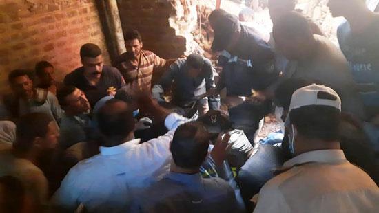 استخراج الضحية السابعة من أسفل أنقاض منزل سوهاج (5)