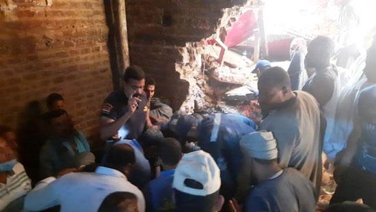 استخراج الضحية السابعة من أسفل أنقاض منزل سوهاج (4)