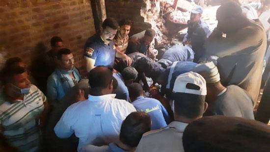 استخراج الضحية السابعة من أسفل أنقاض منزل سوهاج (8)