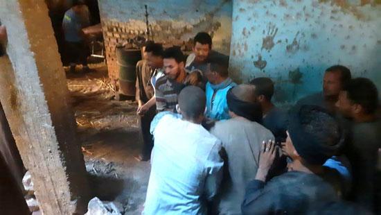 استخراج الضحية السابعة من أسفل أنقاض منزل سوهاج (7)