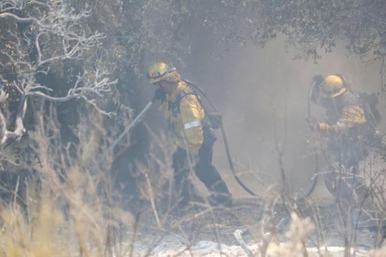 رجال الإطفاء تكافح الحرائق