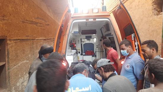 مشاهد من انهيار منزل قرية ونينه (3)
