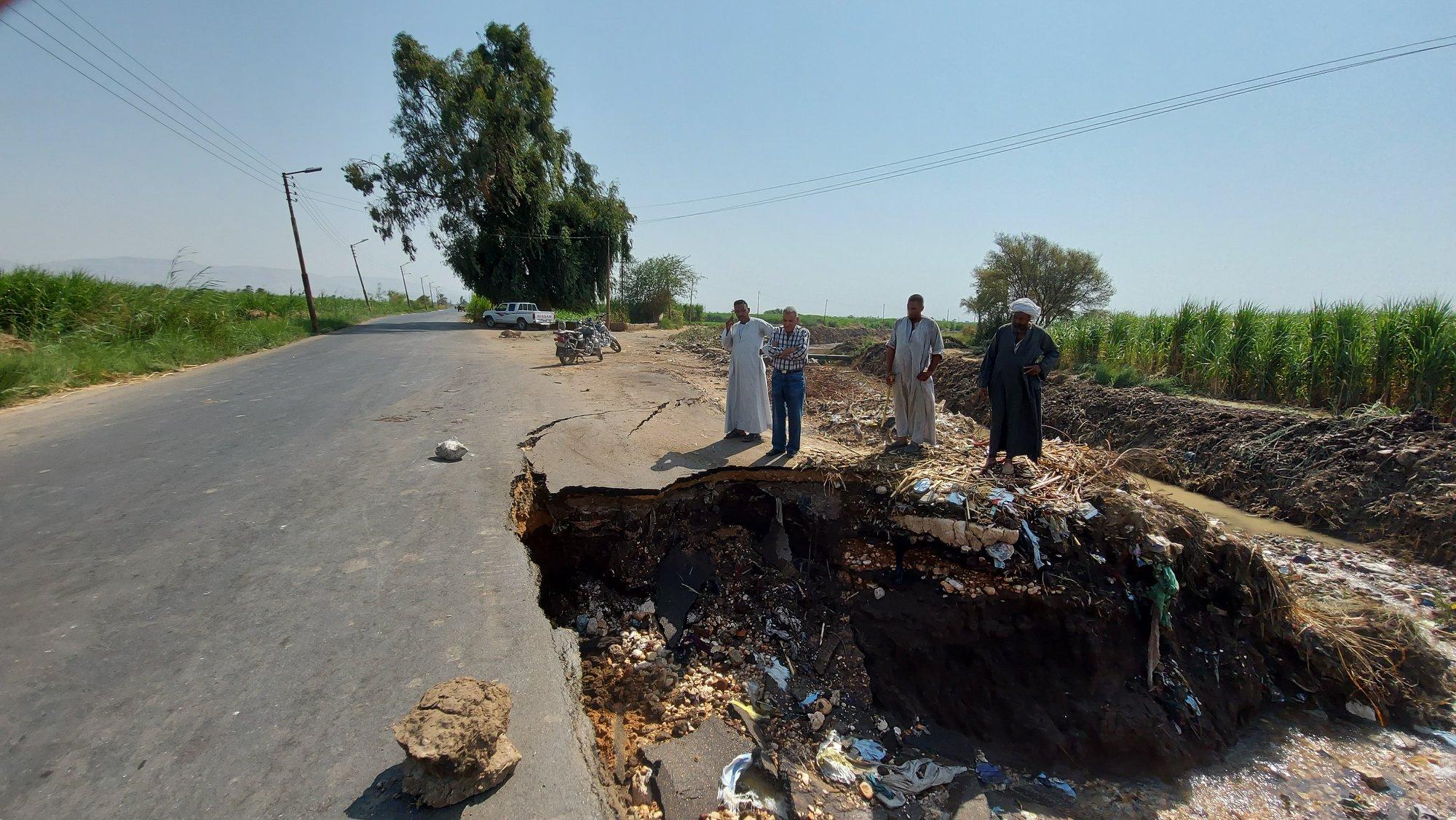 جرف جزء من طريق عقب كسر ماسورة مياة بمدينة إسنا جنوب الأقصر (2)