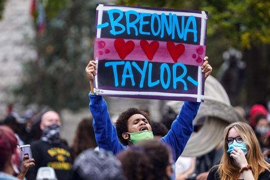 اعتقالات واشتباكات عقب تبرئة الشرطة من مقتل سيدة أمريكية (9)