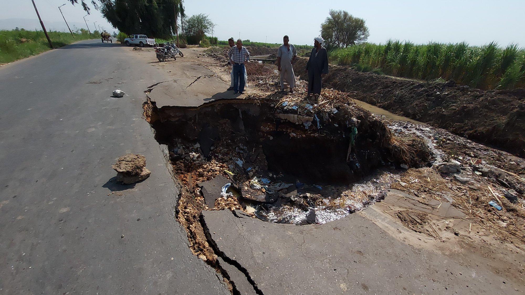 جرف جزء من طريق عقب كسر ماسورة مياة بمدينة إسنا جنوب الأقصر (3)