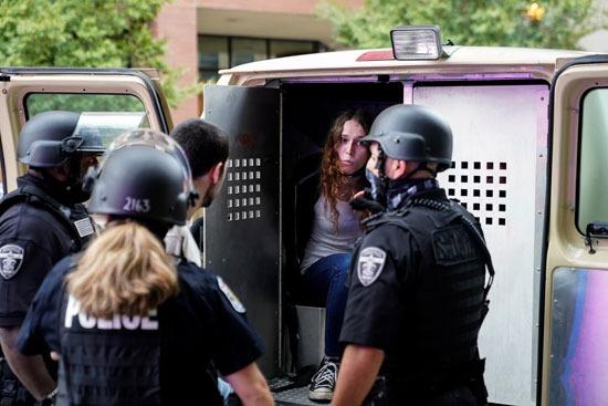 اعتقالات واشتباكات عقب تبرئة الشرطة من مقتل سيدة أمريكية (6)