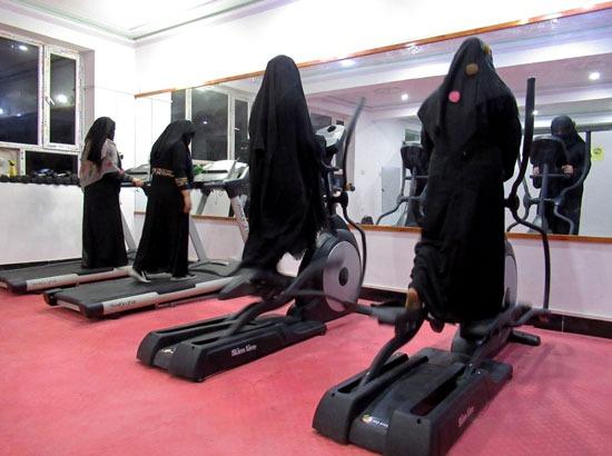 أفغانيات يمارسن التمارين فى صالة لياقة بدنية فى قندهار (3)