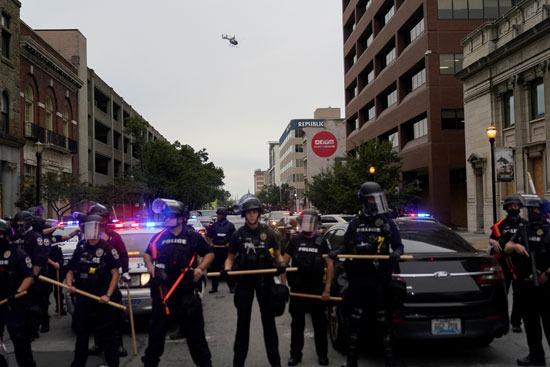 اعتقالات واشتباكات عقب تبرئة الشرطة من مقتل سيدة أمريكية (4)