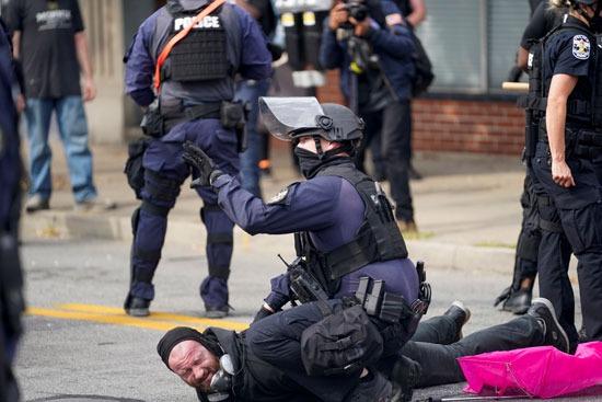 اعتقالات واشتباكات عقب تبرئة الشرطة من مقتل سيدة أمريكية (3)