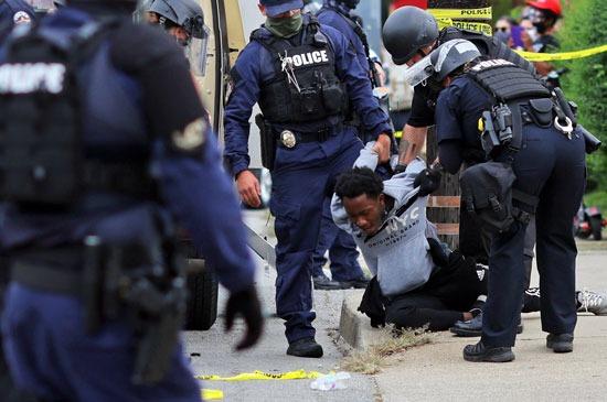 اعتقالات واشتباكات عقب تبرئة الشرطة من مقتل سيدة أمريكية (2)