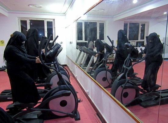 أفغانيات يمارسن التمارين فى صالة لياقة بدنية فى قندهار (2)