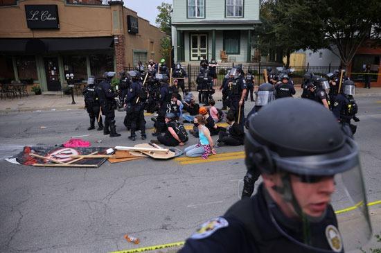 اعتقالات واشتباكات عقب تبرئة الشرطة من مقتل سيدة أمريكية (1)