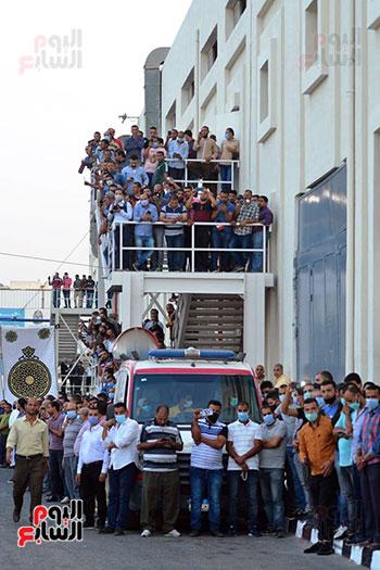 عمال مصانع فريد خميس ينتظرون وصول الجثمان