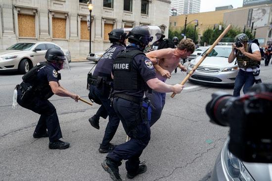 اعتقالات واشتباكات عقب تبرئة الشرطة من مقتل سيدة أمريكية (11)