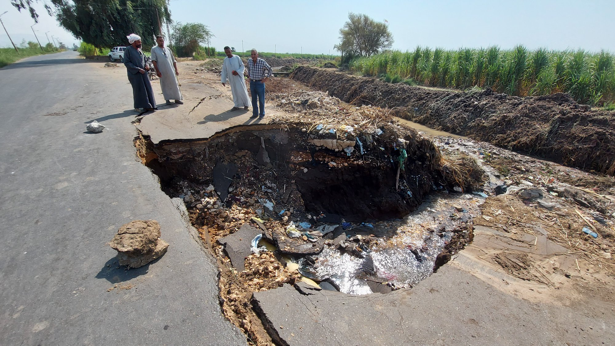 جرف جزء من طريق عقب كسر ماسورة مياة بمدينة إسنا جنوب الأقصر (1)