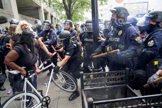 اعتقالات واشتباكات عقب تبرئة الشرطة من مقتل سيدة أمريكية (8)