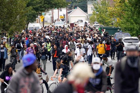 اعتقالات واشتباكات عقب تبرئة الشرطة من مقتل سيدة أمريكية (10)