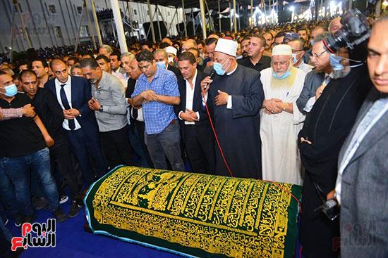الألاف يؤدون صلاة الجنازة على محمد فريد خميس