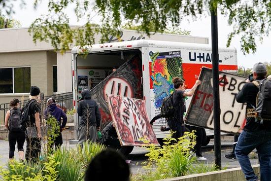 اعتقالات واشتباكات عقب تبرئة الشرطة من مقتل سيدة أمريكية (7)