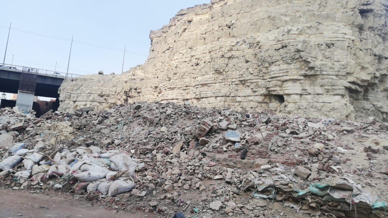 المنازل كانت معرضه لسقوط صخور الجبل عليها