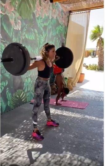 دينا الشربيني تستعرض قوتها ولياقتها البدنية