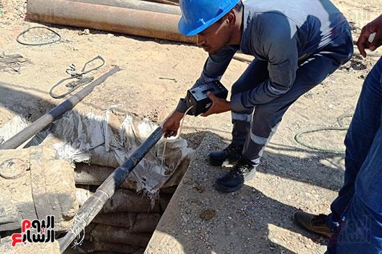 إخماد نيران ببئر مياه في جرجا ووضع خرسانة على فوهة انبعاث الغاز (10)