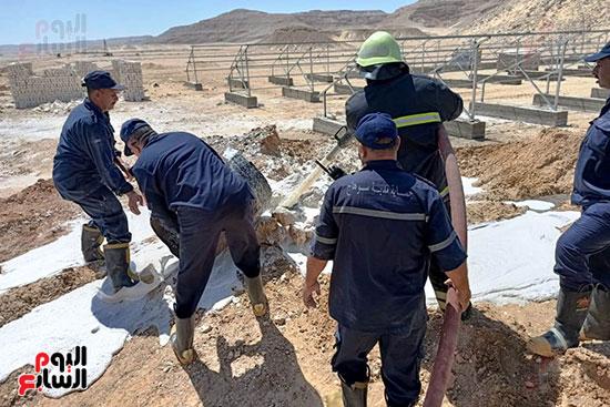 إخماد نيران ببئر مياه في جرجا ووضع خرسانة على فوهة انبعاث الغاز (14)