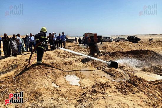 إخماد نيران ببئر مياه في جرجا ووضع خرسانة على فوهة انبعاث الغاز (4)