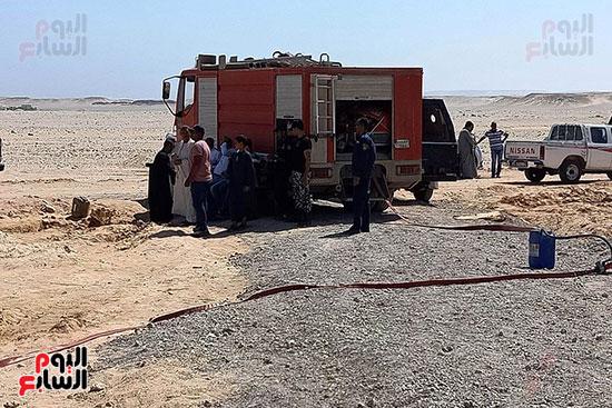 إخماد نيران ببئر مياه في جرجا ووضع خرسانة على فوهة انبعاث الغاز (12)