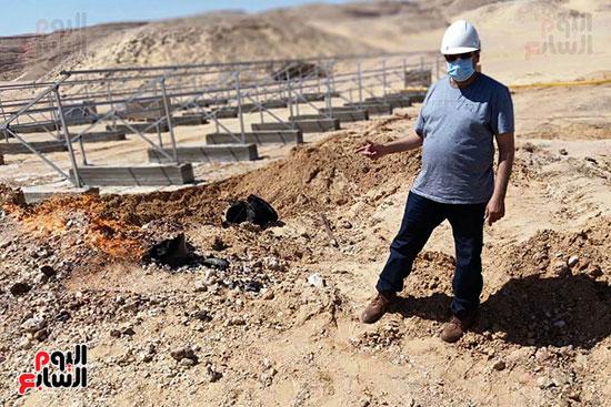 إخماد نيران ببئر مياه في جرجا ووضع خرسانة على فوهة انبعاث الغاز (7)