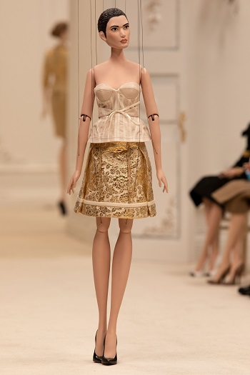 دمية من عرض أزياء  Moschino