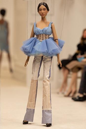 إحدى إطلالات عرض أزياء موسكينو