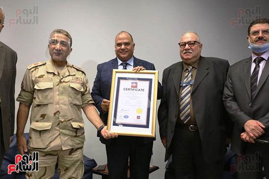 معمل الترميم بالمتحف المصرى الكبير يتسلم شهادة الأيزو للصحة والسلامة (5)