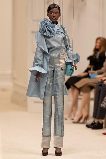 إطلالة من عرض أزياء  Moschino على إحدى الدمى