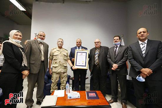 معمل الترميم بالمتحف المصرى الكبير يتسلم شهادة الأيزو للصحة والسلامة (4)