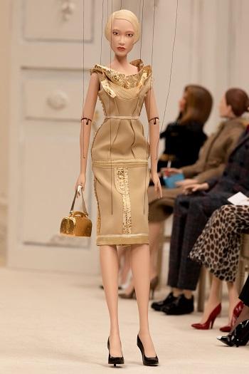 إحدى الدمى من عرض أزياء موسكينو