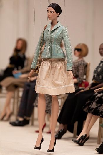 عارضة أزياء من عرض أزياء موسكينو