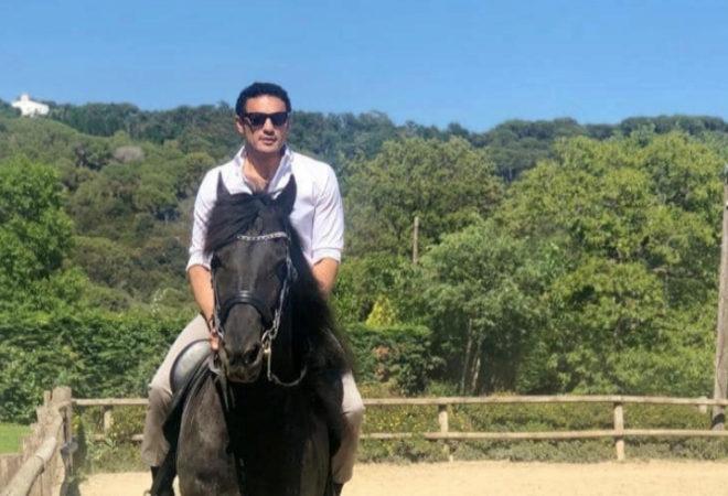 الهارب على أحد الخيول باهظة الثمن التى اشتراها مؤخرا