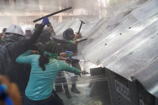 المتظاهرات تستخدمن العنف فى مواجهة الشرطة