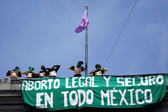 لافتات مناهضة لقانون مكسيكى لتجريم الإجهاض